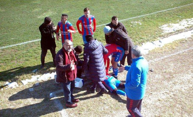 20-02/10/stadyum-disindan-atilan-tas-futbolcuyu-yaraladi_5833_dhaphoto5.jpg