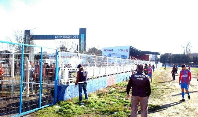 20-02/10/stadyum-disindan-atilan-tas-futbolcuyu-yaraladi_5833_dhaphoto7.jpg