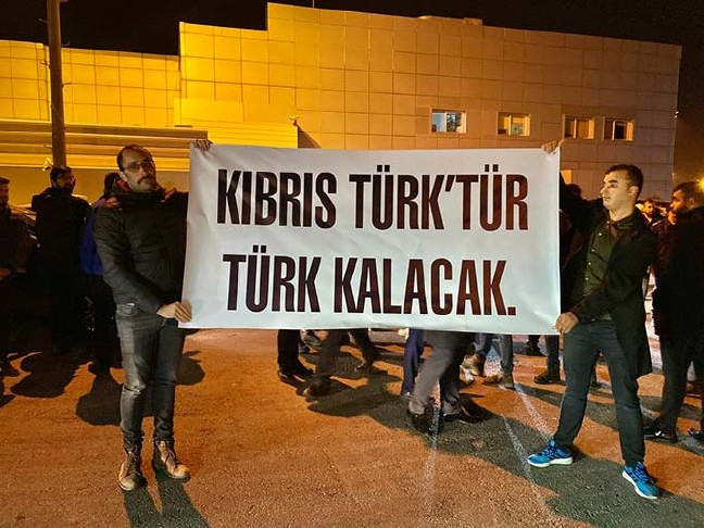 20-02/15/oktay-kktcde-kibris-turktur-turk-kalacak-pankarti-ile-karsilandi-_2824_dhaphoto1.jpg